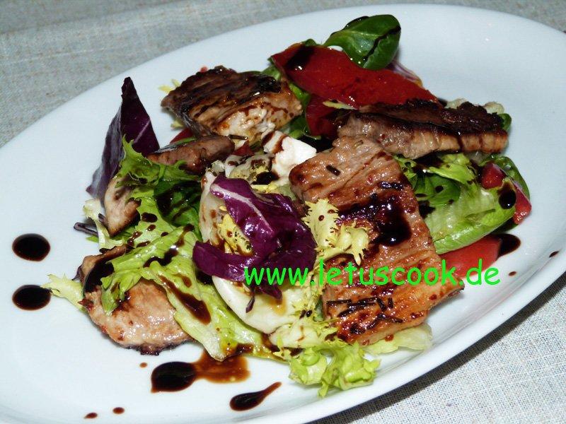 Bunter Salat mit Fleischstreifen und Sojasauce