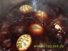 Ostereier beim Faerben mit Zwiebelschalen
