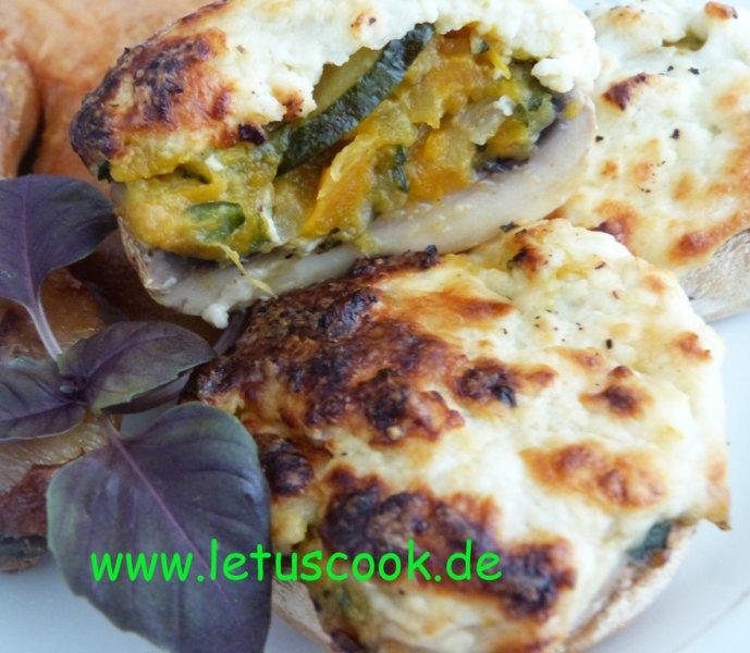 Überbackene Champignons mit Zucchini-Karotten-Füllung