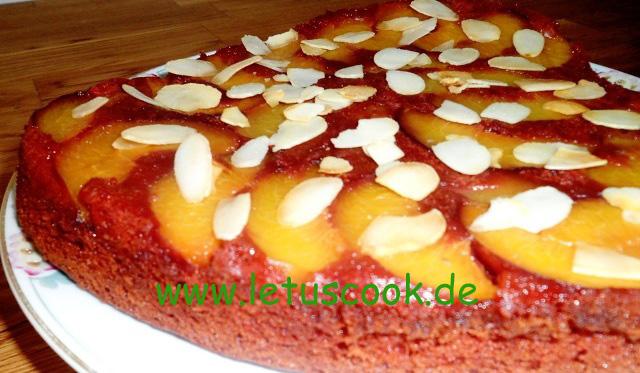Umgedrehter Red Velvet Cake mit Nektarinen