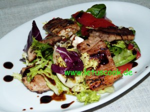 Bunter Salat mit Fleischstreifen und Sojasauce