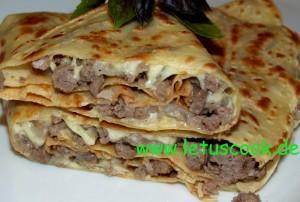 Crêpe mit Fleisch-Käsefüllung