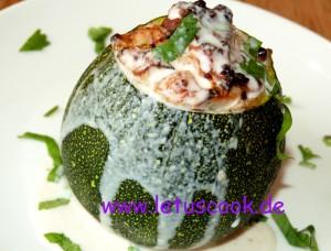 Zucchini mit Putenfleischfüllung
